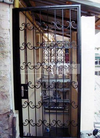 Уличная металлическая решетчатая дверь